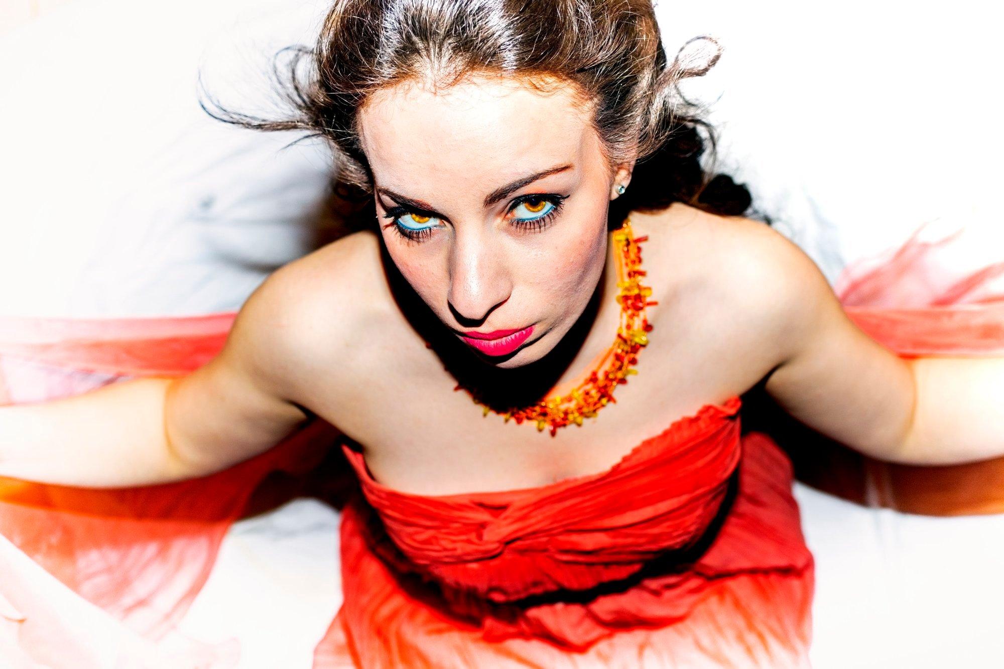jeune-femme-rouge-seance-shooting-photo-photographe-professionnel