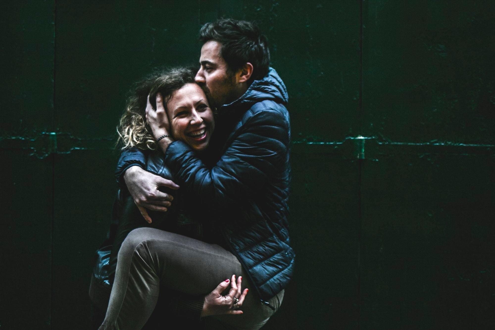 couple-noir-sourire-seance-shooting-photo-photographe-professionnel